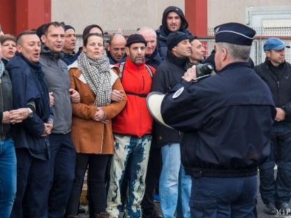 Les manifestants de la pénitentiaire attendent les CRS