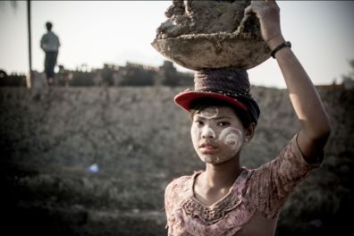 Cho Su Tlay, 16 ans, en est à sa troisième saison. Elle gagne 3500 kyats par jour (2.10€). Chaque année, elle voit son salaire quotidien augmenter de 500 kyats. Cet argent revient à la famille. De son temps libre, elle dessine des vêtements afin de réaliser son rêve, et travailler dans la mode.