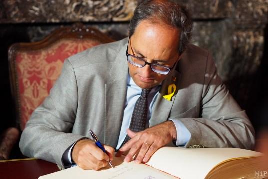 Quim Torra, Président de la Généralitat de Catalogne signe le livre d'or de Perpignan