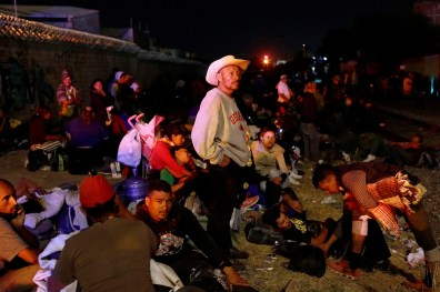 "Près de la voie ferrée, un groupe de migrants d'Amérique centrale attend un train de marchandises. Irapuato, Guanajuato, Mexique, 16 avril 2018. By the railway track, Central American migrants waiting for a freight train. Irapuato, Guanajuato, Mexico, April 16, 2018. © Edgard Garrido / Reuters Photo libre de droit uniquement dans le cadre de la promotion de la 30e édition du Festival International du Photojournalisme ""Visa pour l'Image - Perpignan"" 2018 au format 1/4 de page maximum. 