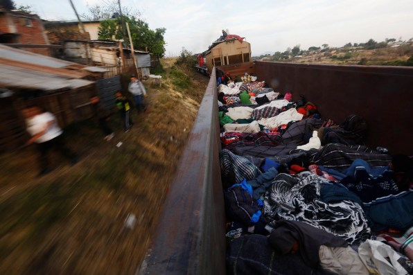 "La caravane de migrants d'Amérique centrale traverse le Mexique, ici dans un wagon ouvert d'un train de marchandises qu'ils ont pu arrêter. Michoacan, Mexique, 17 avril 2018. Central Americans traveling as a caravan of migrants through Mexico, in an open wagon of a freight train they stopped on the track. Michoacan, Mexico, April 17, 2018. © Edgard Garrido / Reuters Photo libre de droit uniquement dans le cadre de la promotion de la 30e édition du Festival International du Photojournalisme ""Visa pour l'Image - Perpignan"" 2018 au format 1/4 de page maximum. 