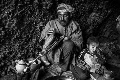 Avec la famille de Mohamed dans leur grotte, qu'elle quitte dans quelques jours pour partir encore plus vers le nord, parce qu'il fait chaud et il y a moins d'eaux pour les animaux , le haut atlas, le 17.05.2016 Agence VU