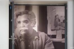 L'exposition s'ouvre sous l'œil attentif d'Antoni Clavé dans son atelier en 1983