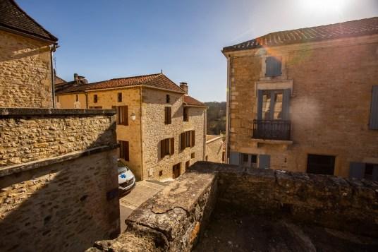 Villefranche du Périgord, un village de 800 habitants situe en Dordogne, un département classé en zone médicale désertée. Ici, une maison de santé toute neuve y a été construite, et fait bénéficier de nombreux habitants de villages voisins.