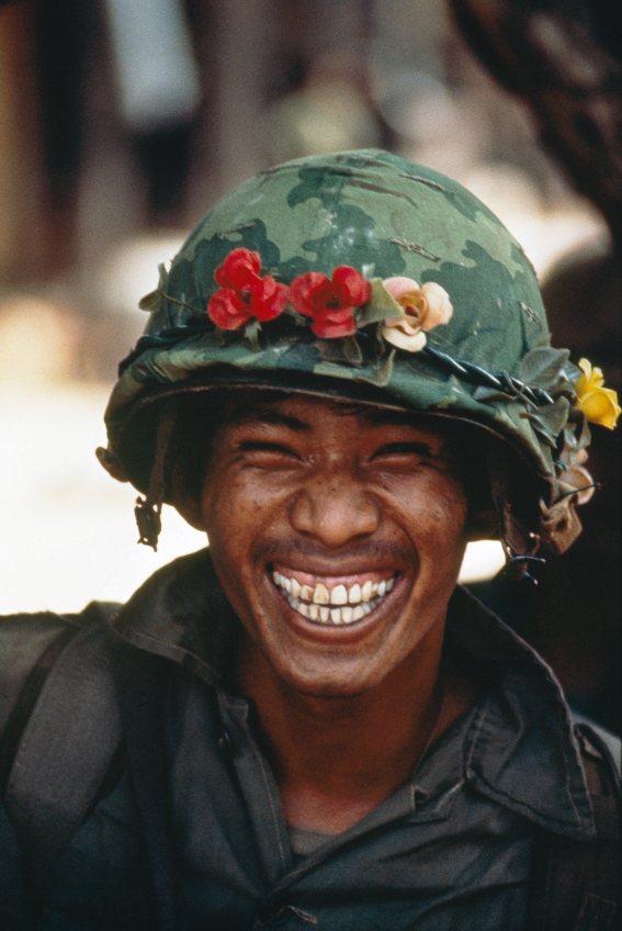 Soldat cambodgien des forces gouvernementales combattant les Khmers rouges près de Phnom Penh. Cambodge, 1974.© Patrick Chauvel