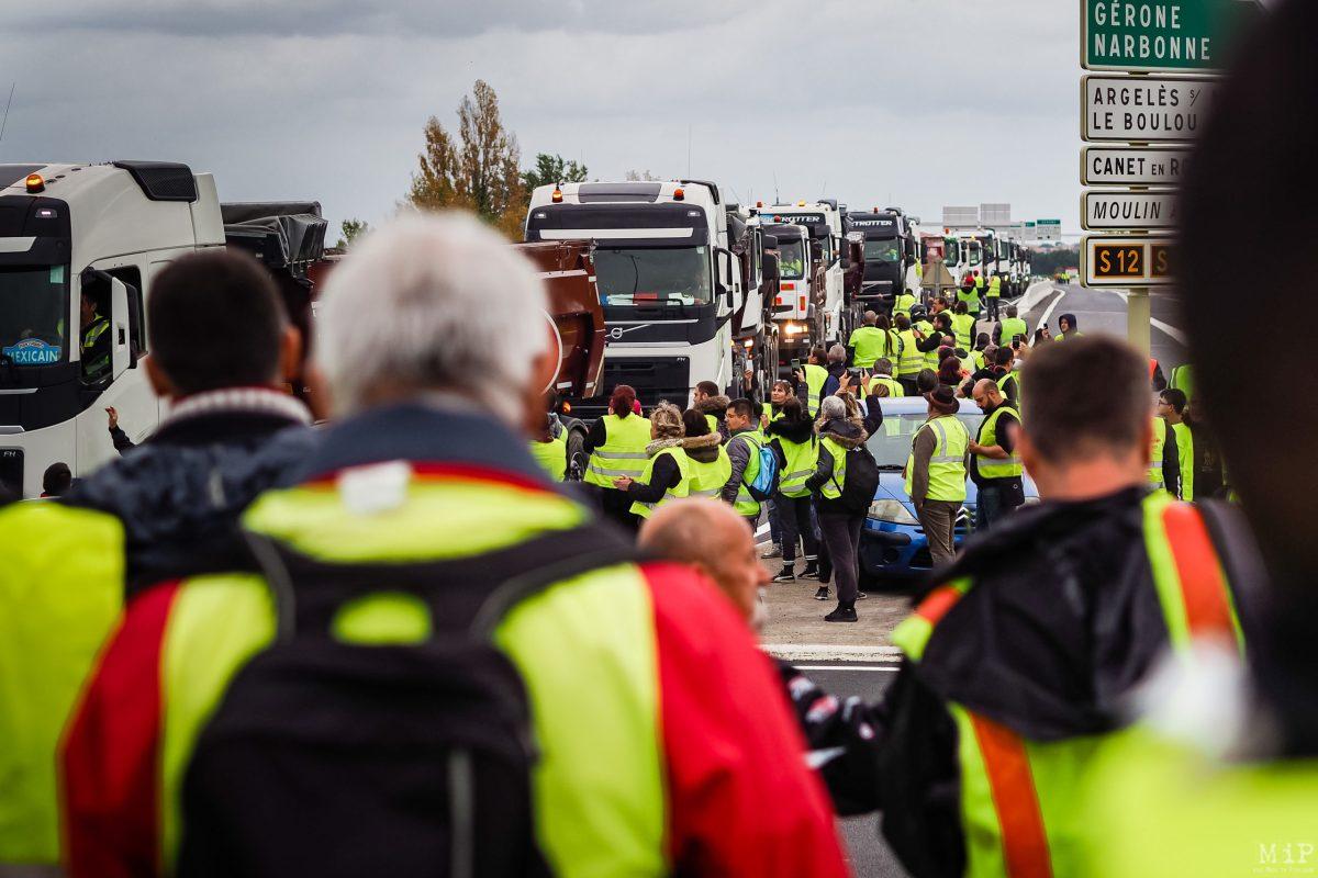Rond-Point Péage Sud. Acte I - 17 novembre 2018. Les routiers Gilets Jaunes prennent part au mouvement contre la Taxe Carbone.