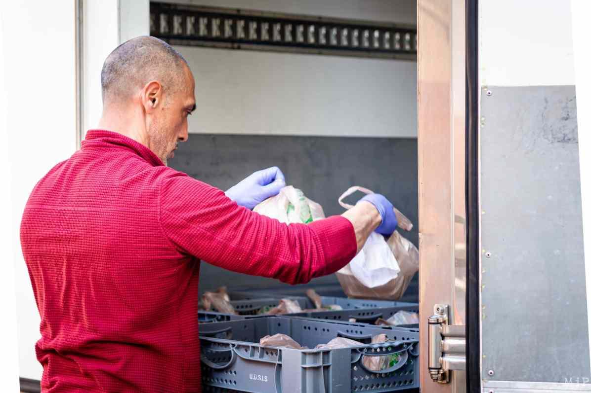Centre Communal d'Action Sociale CCAS Perpignan distribution repas personnes en difficulté quartier Saint Mathieu © Arnaud Le Vu / MiP / APM