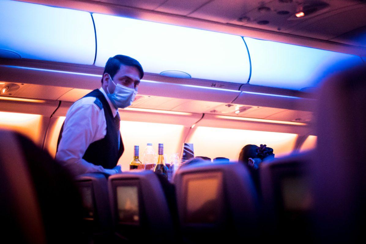 Repatriation - cabin crew serving meal Rapatriement - equipage servant les repas