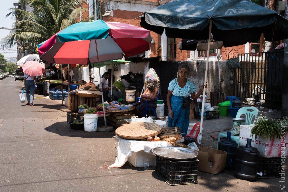Les vendeurs sur les marchés locaux font partie de cette part de la population qui perd sa principale source de revenus avec la désertification des rues. © Ludivine Paques
