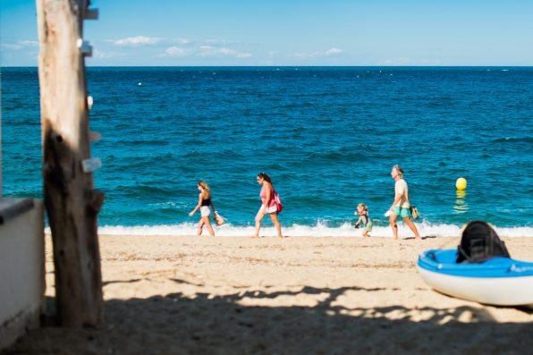 Une famille profite de la plage en dynamique durant la phase de reouverture progressives des plages.