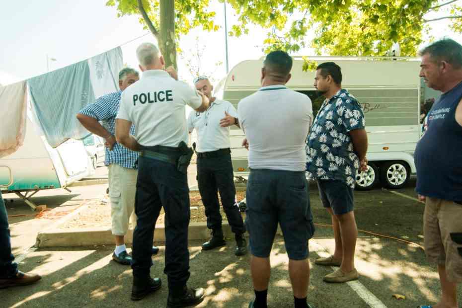 Roms et policiers negocient a propos de leur installation illegale a Perpignan. © Stephane Ferrer Yulianti.