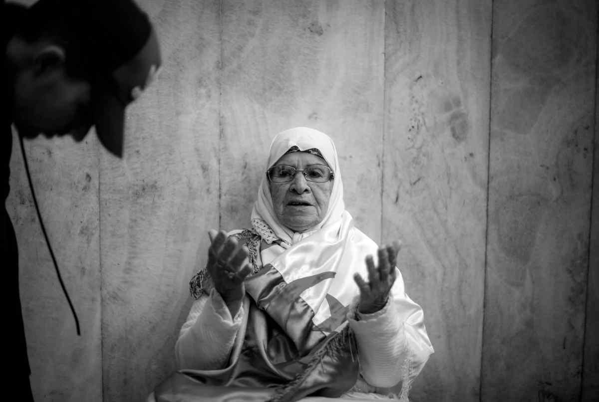 Une femme âgée donne sa bénédiction et sa protection aux jeunes manifestants du Hirak. Place de la Grande Poste, Alger, Algérie. Le 10 avril 2019. Photo Idhir Baha