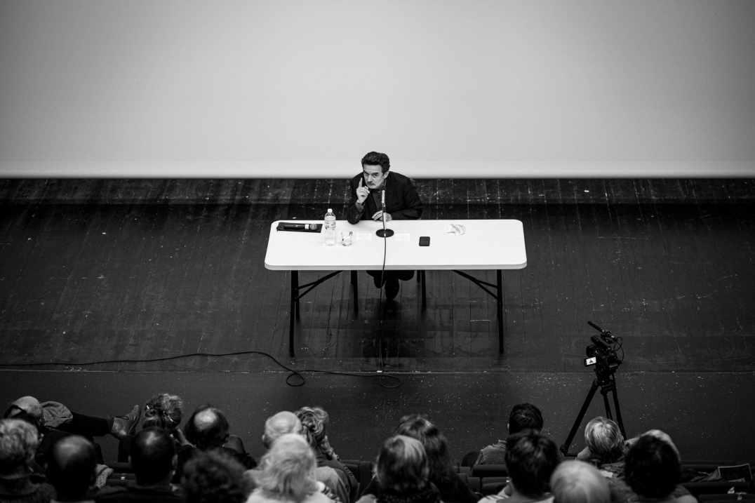 Edwy Plenel, cofondateur et directeur du journal Mediapart, présente sa preface, Le présent du passé, de la réédition des mémoires de Lisa Fittko, Le chemin Walter Benjamin. Céret, France. Le 12 octobre 2020. Photographie de Idhir Baha / Hans Lucas.