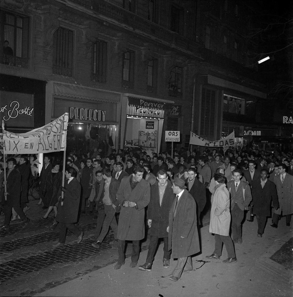 16 janvier 1962. Cliché pris lors d'une manifestation anti OAS (Organisation de l'Armée Secrète) organisée par le font syndical commun à la suite d'une série d'attentats perpétrés à Toulouse dans la nuit du 15 au 16 janvier 1962. © Fonds André Cros - Archives municipales de Toulouse