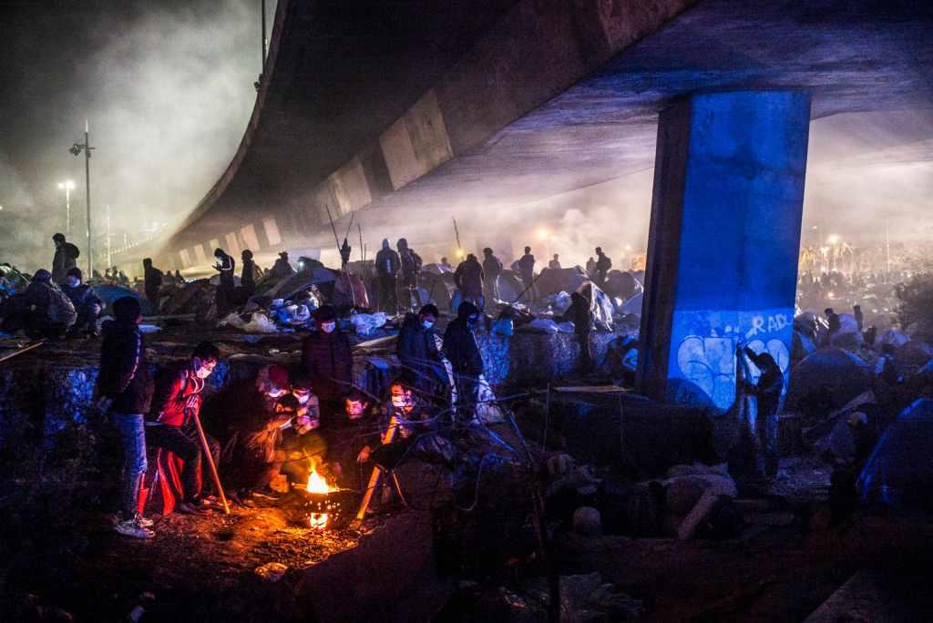 © Corentin Fohlen/Divergence. Paris, France. 17 novembre 2020. Evacuation du camp de migrants et refugies de Saint Denis en Seine-Saint-Denis, a cote du Stade de France.  Saint-Denis