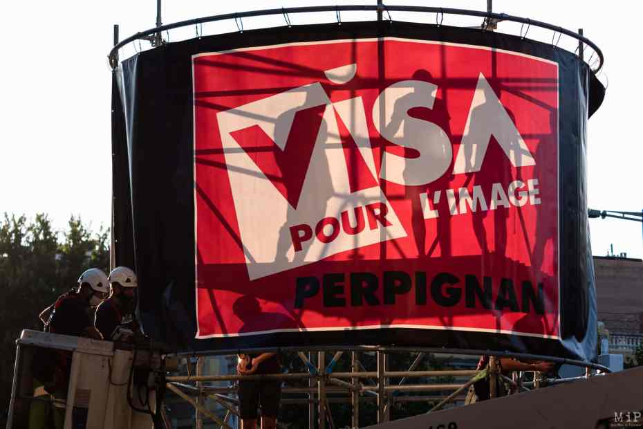 France, Perpignan, 2021-08-19. Illustration, installation of banners, posters and signs for the 33rd Visa pour l Image festival in Perpignan. With one week to go before the 2021 edition, the municipal and festival teams are busy setting up the communication for the famous photojournalism festival. Photograph by Arnaud Le Vu / Hans Lucas.