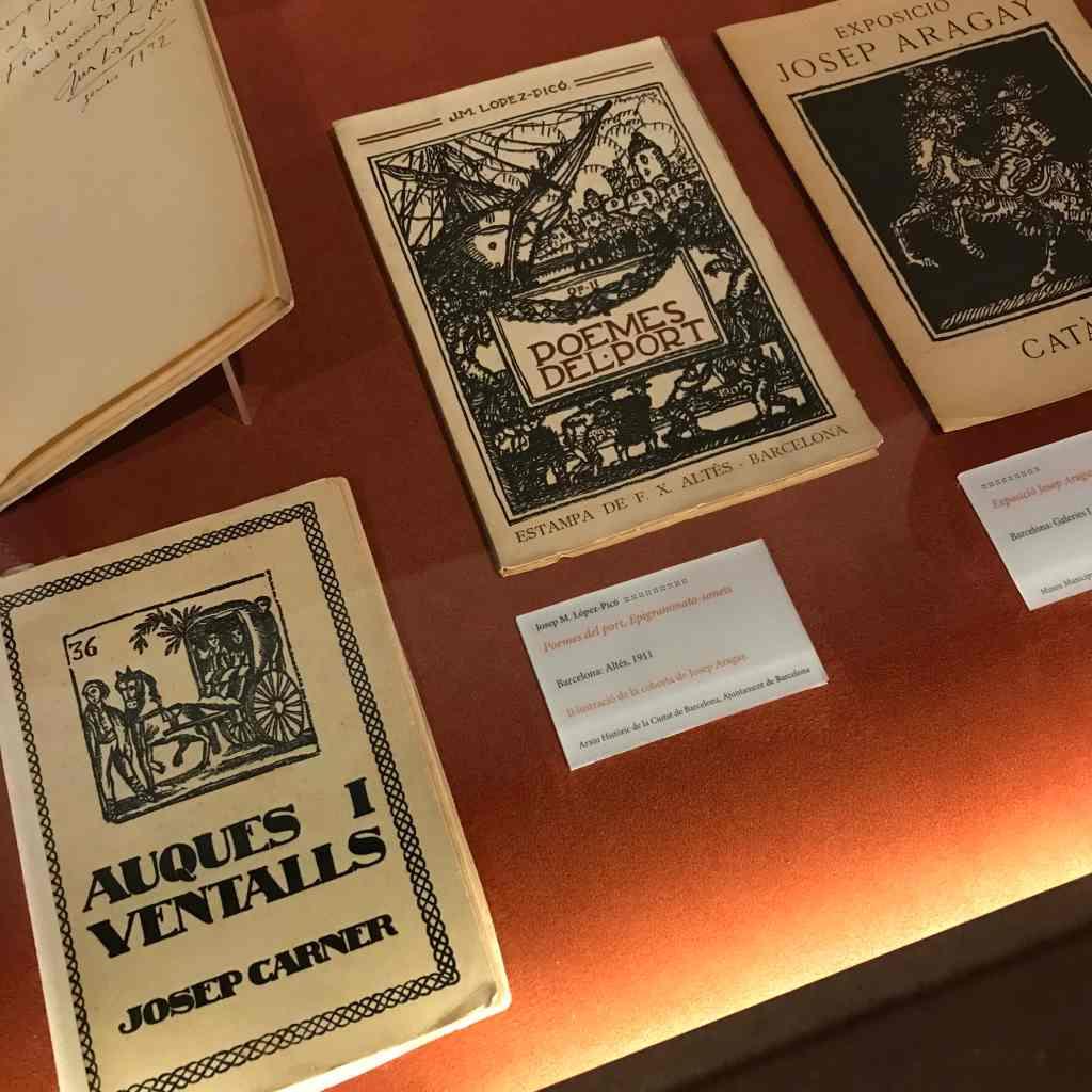 Détail de l'exposition temporaire à la Casa Masó, qui se concentre sur l'almanach Noucentista publié en 1911. Image reproduite avec l'aimable autorisation de la fondation Rafael Masó. Le 6 octobre 2021