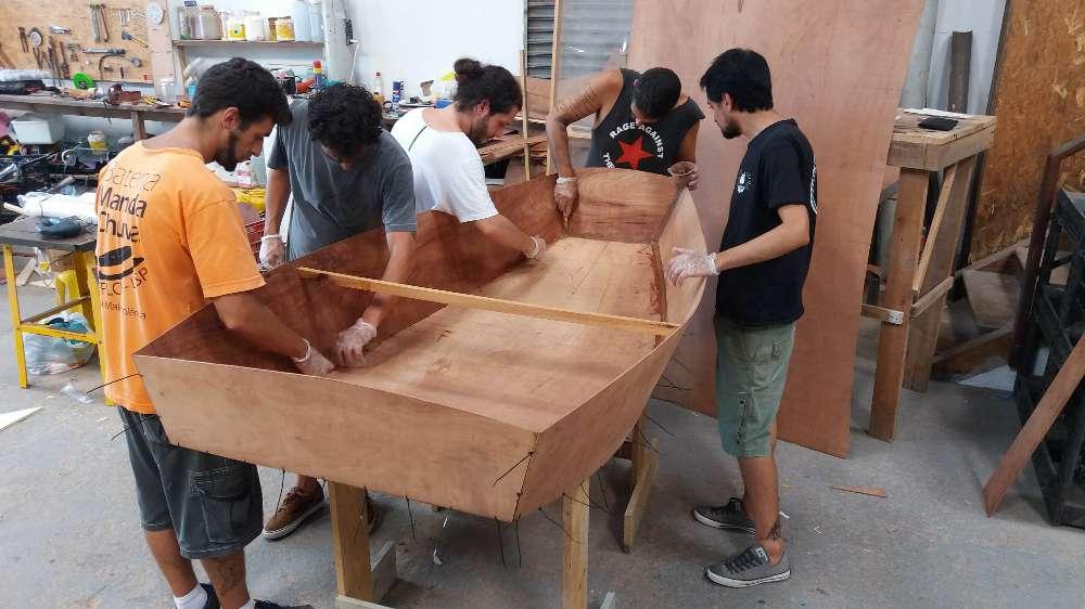 alunos construindo barco de madeira em 2 dias