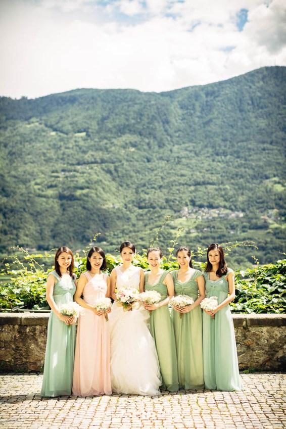 Bianzone Hochzeit Italien Destination Wedding Pastell Weiss elegant romantisch Outdoor-Trauung Tischdekoration Blumen Schleierkraut Rosen Brautjungfern