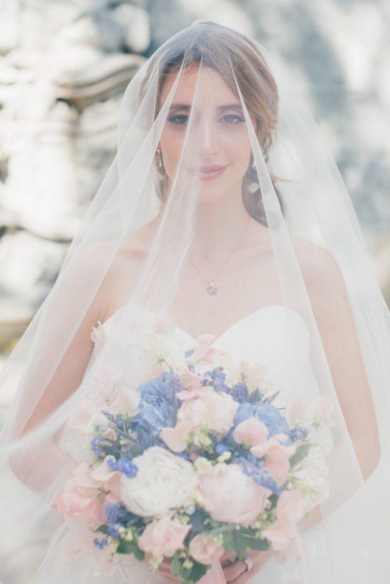 Styled Shooting Zürich Hochzeitsinpiration Brautstrauss Pastell Prinzessin Frühling Hochzeit Schleier Brautkleid Rosa Blau