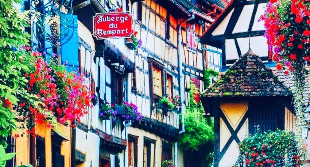 EGUISHEIM Alsazia, la via più famosa con le colorate case a graticcio e i balconi fioriti