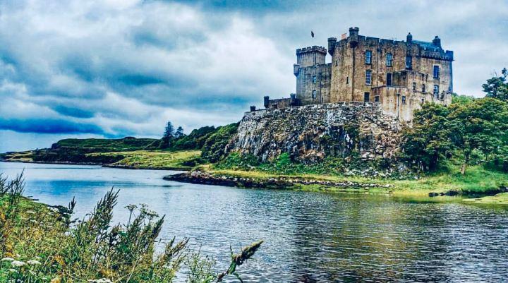 Castelli Scozzesi: Dunvegan Castle visto dalla sponda opposta del Loch Dunvegan sulle cui rive sorge il castello