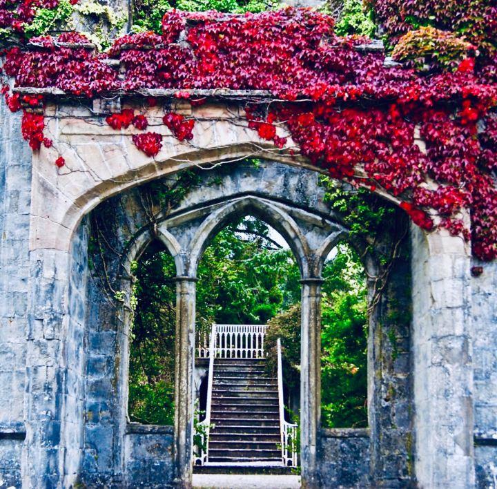 Isola di Skye: Armadale Castle, scorcio dei giardini, una serie di archi in stile gotico ricoperti di erica che conducono ala scala