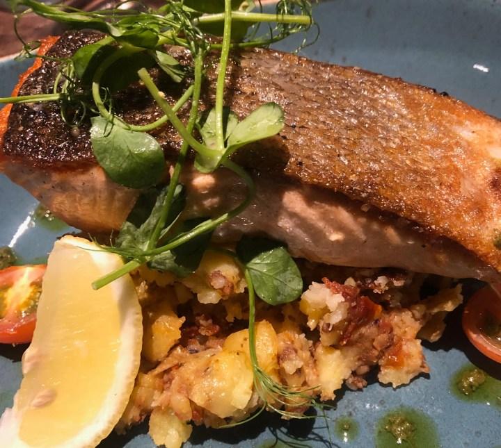 Cuchullin Restaurant: piatto di salmone al forno con schiacciata di patate condite con capperi e pomodori secchi