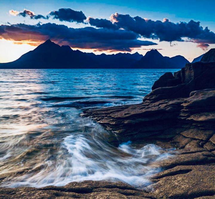 Isola di Skye: Elgol. Immagine al tramonto del mare che bagna la roccia