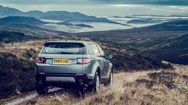 Scozia on the road. La Land Rover lungo una single track road