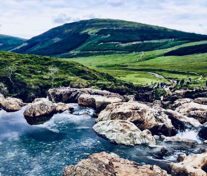Paesaggio ricorrente nell'Isola di Skye: loch, roccia, prati verdi e colline