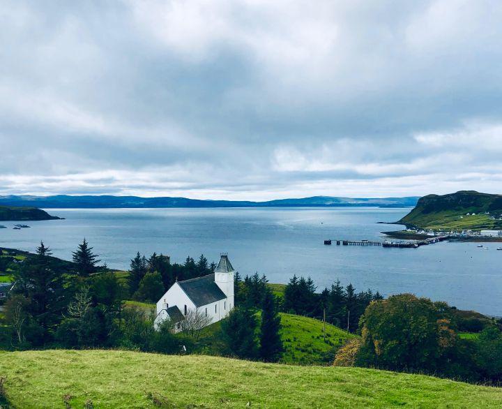 Isola di Skye: Uig. L'immagine con la chiesa bianca con classico tetto in ardesia e il loch a dominare il paesaggio