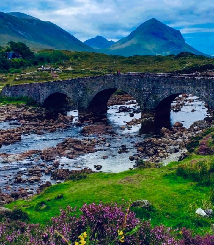 Isola di Skye: Sligachan Bridge. L'immagine del ponte e la montagna sullo sfondo