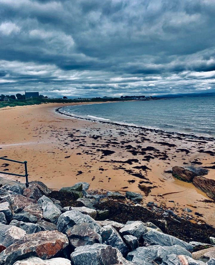 La spiaggia di Portmahomack dopo la pioggia, quando il cielo è ancora carico di nuvole