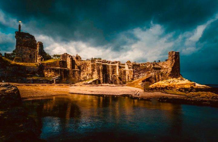 Castelli Scozzesi: St. Andreaws Castle quasi avvolto dall'oscurità visto dal mare