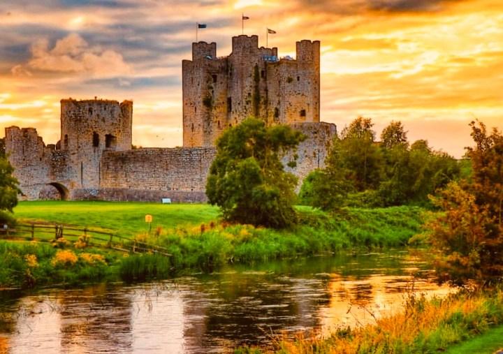 Castelli d'Irlanda: Trim Castle al tramonto visto dalla riva nord del fiume Boyne
