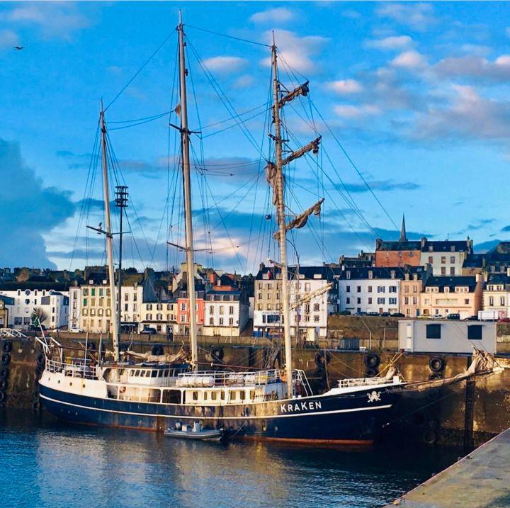 DOUARNENEZ: il Porto di Rosmeur, ormeggiato uno splendido veliero e sullo sfondo le eleganti dimore