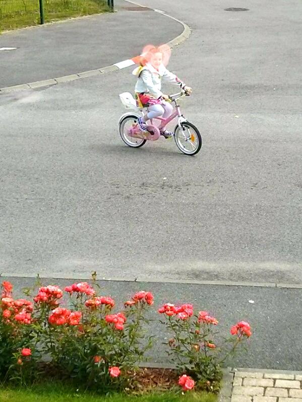 Petite fille 6 ans fait du vélo