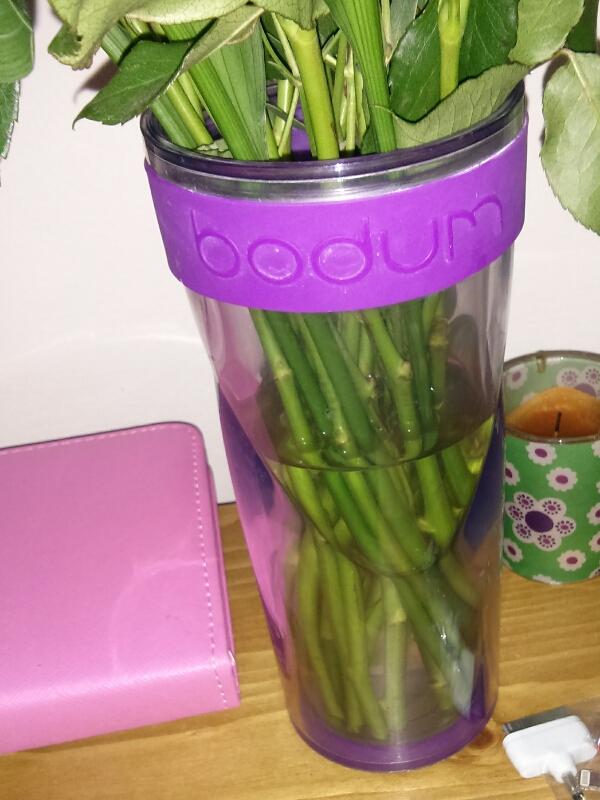 fleurs dans une tasse de café