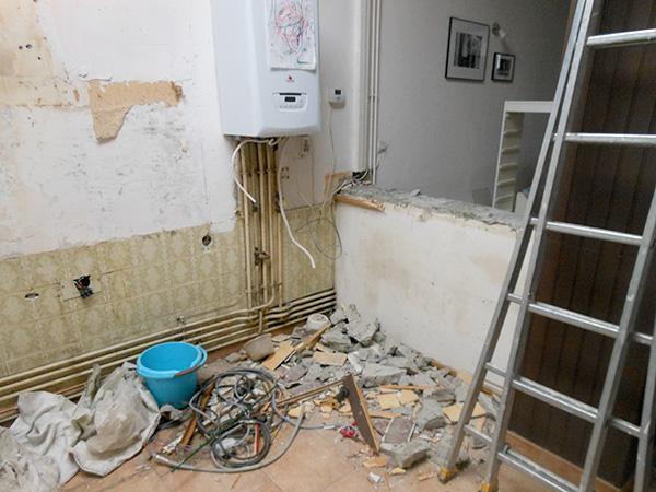 Feu la cuisine. Le passe-plat a déjà été cassé depuis la photo et la chaudière va être déplacée dans la buanderie.