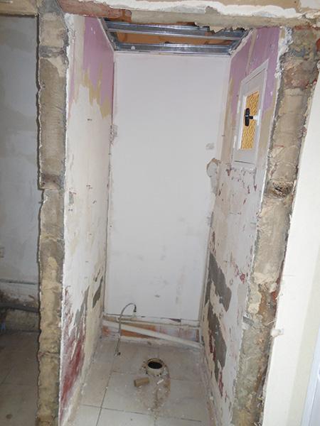 Là, avant il y avait les toilettes. Le mur à gauche va être abattu.