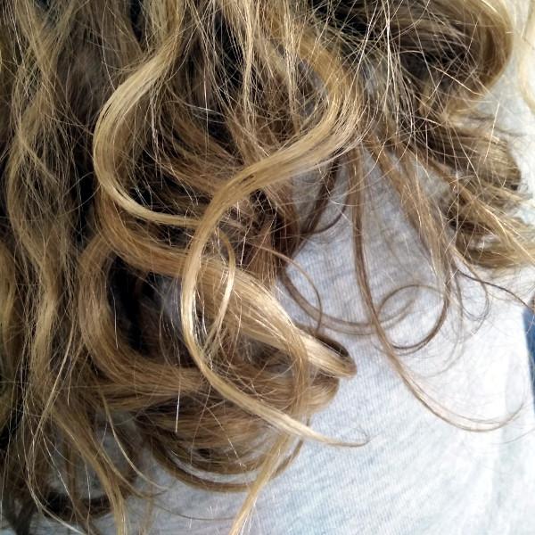 cheveux bouclés petite fille