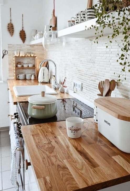 Cuisine blanche et plan de travail bois