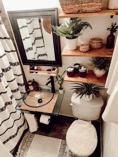 Décoration noir et blanche petite salle de bain