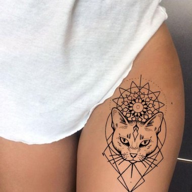 Idées tatouage cuisse femme chat