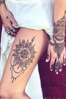 Idées tatouage cuisse femme fleur mandala et main