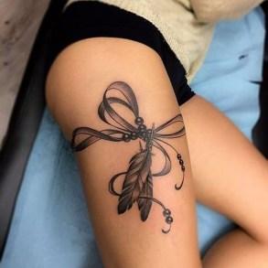 Idées tatouage cuisse femme jarretière