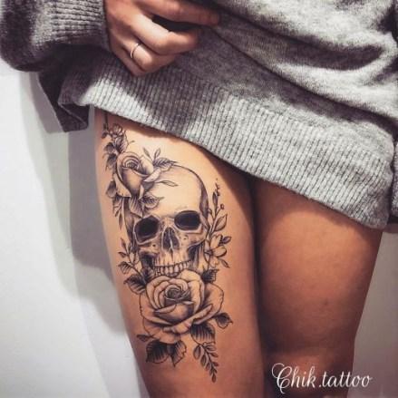 Idées tatouage cuisse femme skull rose