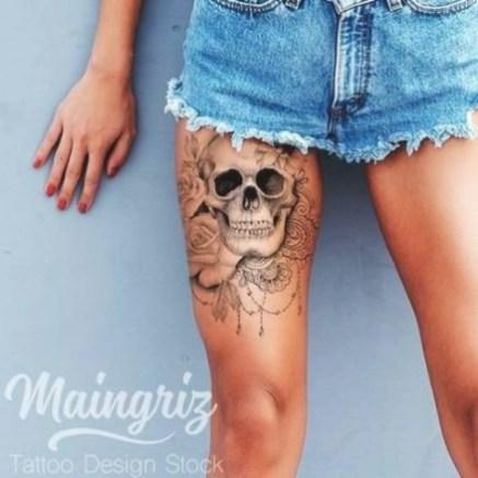 Idées tatouage cuisse femme tête de mort