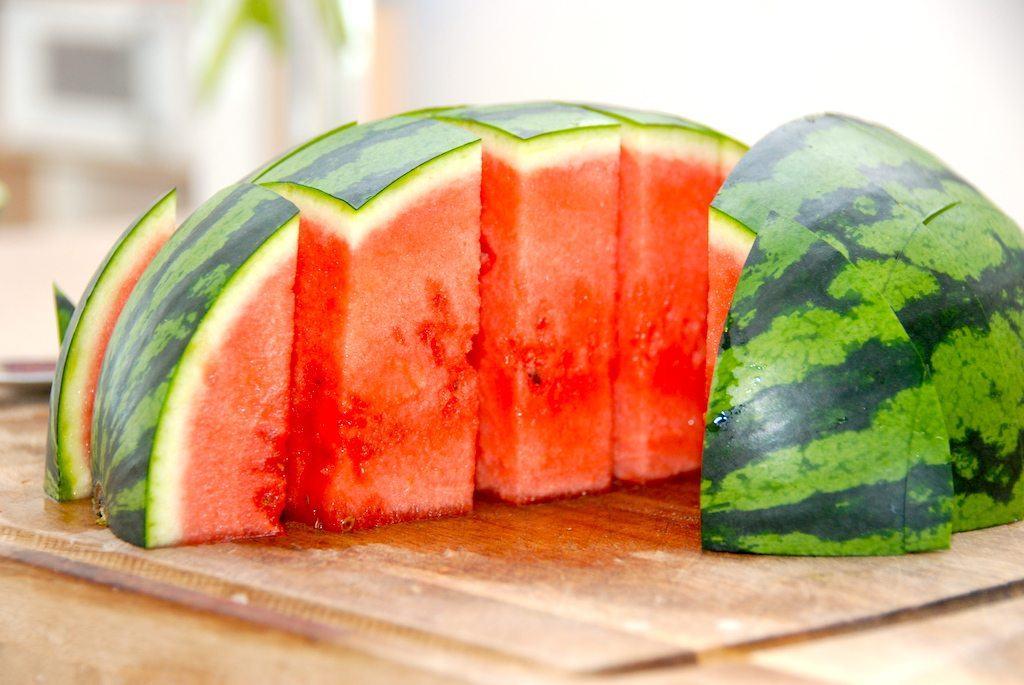 Så deler du vandmelonen i skiver på den anden led. Foto: Madensverden.dk.